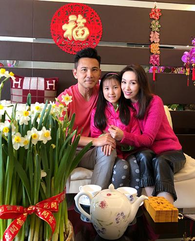 Đôi diễn viên Quách Khả Doanh, Lâm Văn Long bên con 10 tuổi.