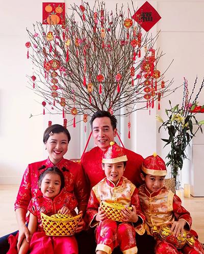 Gia đình Trần Hào, Trần Nhân Mỹ mặc trang phục truyền thống của người Hoa. Nhân Mỹ chia sẻ các con cô thích thú vì được ăn chocolate thỏa thích.