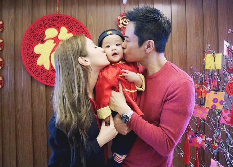 Tài tử Trịnh Gia Dĩnh và Hoa hậu Hong Kong - Trần Khải Lâm - bên con trai ngày mùng một Tết. Trên trang cá nhân, Khải Lâm chia sẻ cái Tết đầu tiên của con trai, cậu bé ăn nhiềudimsum, đi thăm họ hàng.