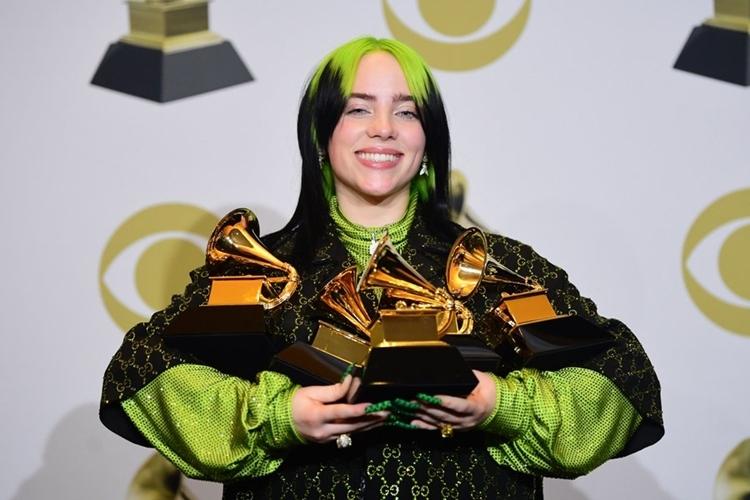 Billie ôm năm chiếc chúp Grammy 2020. Ảnh: The Hollywood Reporter.