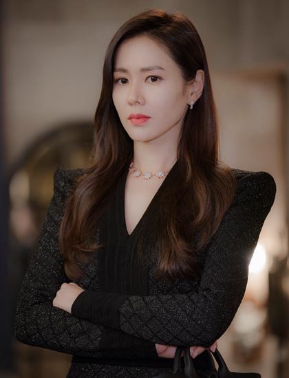 Son Ye Jin trong tạo hình tài phiệt người Hàn Yoon Se Ri. Ảnh: tvN.