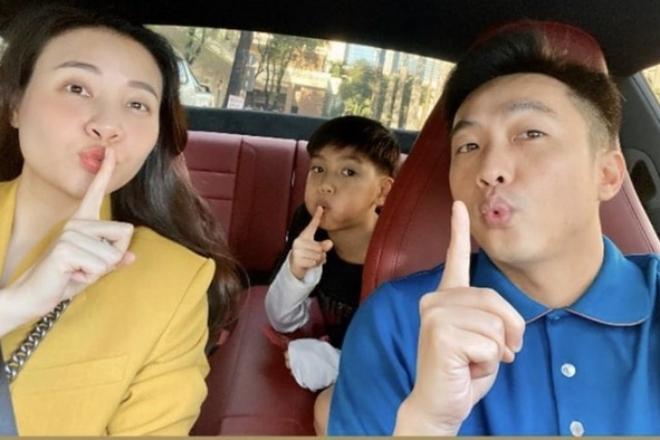 Đàm Thu Trang xuất hành đầu năm cùng chồng và bé Subeo.