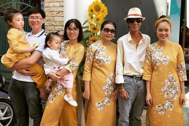 Dương Cẩm Lynh (phải) diện áo dài đồng điệu cùng các thành viên nữ trong gia đình.