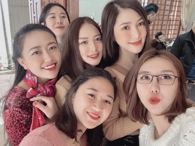 Hương Tràm bay từ Mỹ về để đón năm mới cùng gia đình và bạn bè ở quê hương Nghệ An. Trước đó, cô giữ bí mật chuyến về nhà để bố bất ngờ.