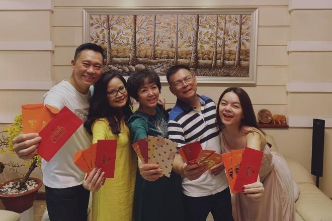 Phạm Quỳnh Anh khoe khoảnh khắc sum họp bên gia đình đêm giao thừa.