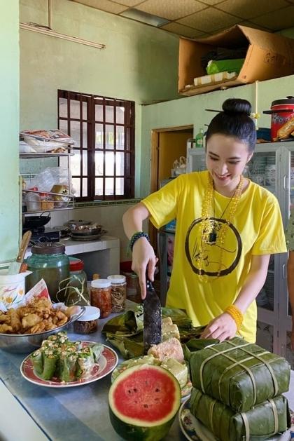 Angela Phương Trinhkhoe ảnh vào bếp phục vụ gia đìnhở quê nội.