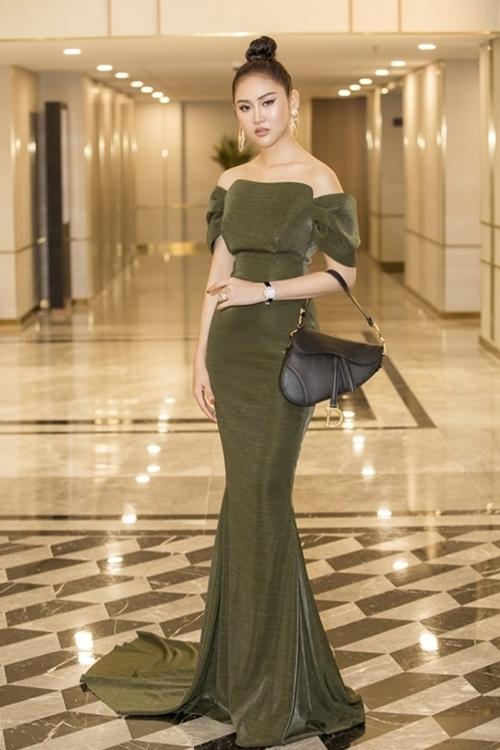 Cô mang chiếc túi yên ngựa tông đen giá gần 200 triệu đồng đến Gala Ngoisao Beauty Expo 2019 do Ngoisao.net tổ chức. Chiếc đồng hồ Chopard đính kết kim cương từ vỏ khung đến mặt số bên trong và cả khóa đồng hồ, giá hơn một tỷ đồng. Chiếc nhẫn kim cương trên tay Trúc Ny gần 200 triệu.