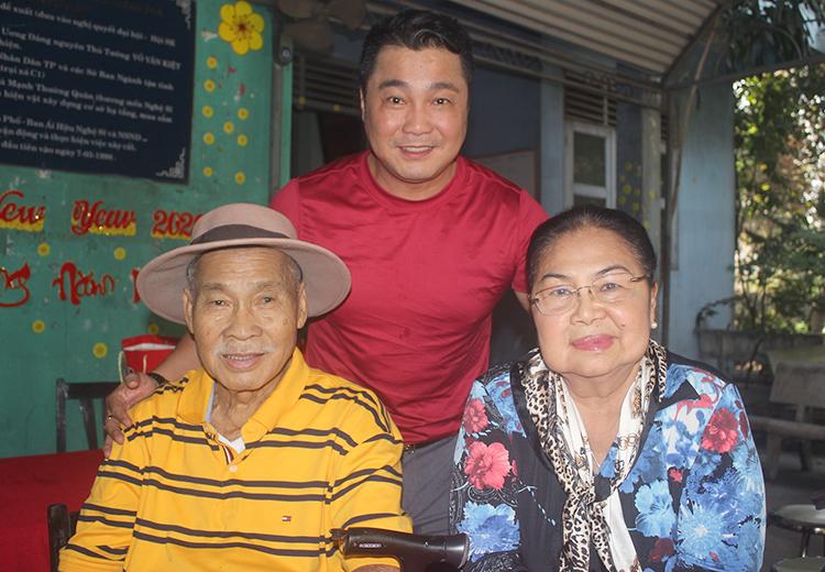 Lý Hùng đưa cha - NSND Lý Huỳnh - và mẹ chúc Tết đồng nghiệp ở Viện dưỡng lão nghệ sĩ TP HCM. Ảnh: