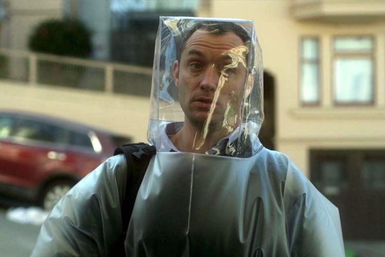 Diễn viên Jude Law được khen ngợi với nhân vật blogger reo giắc tin đồn khắp xã hội. Ảnh: Warner Bros.