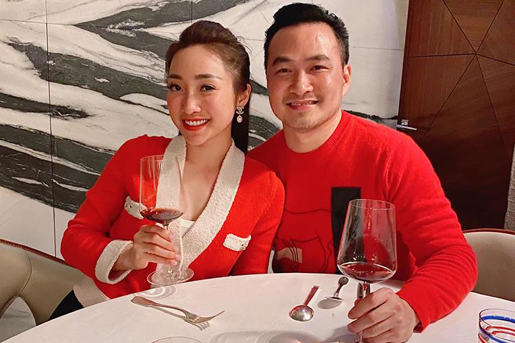 Cả hai thưởng thức buổi tối của một nhà hàng tại Paris. Bạn gái Chi Bảo kểnhà hàng chỉ có támbàn, phục vụ tối đa26 khách.