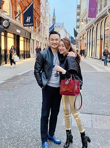 Chi Bảo cho biết anh và bạn gái có thói quen xưng hô vợ - chồng. Trước khi yêu, họ có 10 năm làm bạn. Bạn gái Chi Bảo sống ở Hà Nội, anh chủ yếu ở Sài Gòn song mỗi tuần, họ đều sắp xếp để gặp nhau.