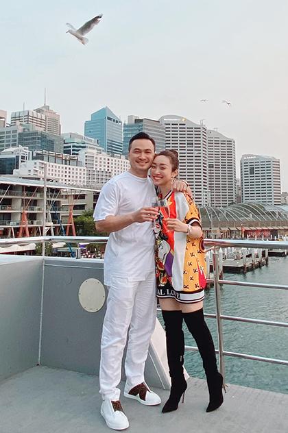 Cuối năm 2019, họ đón Giáng sinh ở Sydney, Australia. Chi Bảo chia sẻ niềm hạnh phúc khi có bạn gái đồng hành trong cả công việc lẫn cuộc sống. Vợ mãi luôn ủng hộ, sát cánh bên chồng trên mọi nẻo đường, Thùy Changviết.