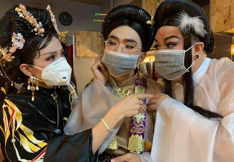 Các diễn viên vở Cuộc chiến sắc đẹp của sân khấu Thế giới trẻ đeo khẩu trang trong hậu trường trước khi diễn. Ảnh: Khả Như.