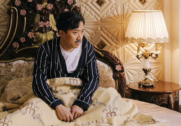 Cảnh nhân vật Thành (Trấn Thành đóng) tỉnh giấc trong biệt thự và nhận ra mọi thứ chỉ là mơ. Ảnh: TK>