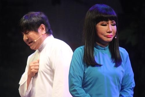 Thanh Kim Huệ (áo xanh), Chí Tâm trong cảnh chia tay trong lần đầu diễn chung vở Lan và Điệp trên sân khấu. Ảnh: Mai Nhật.