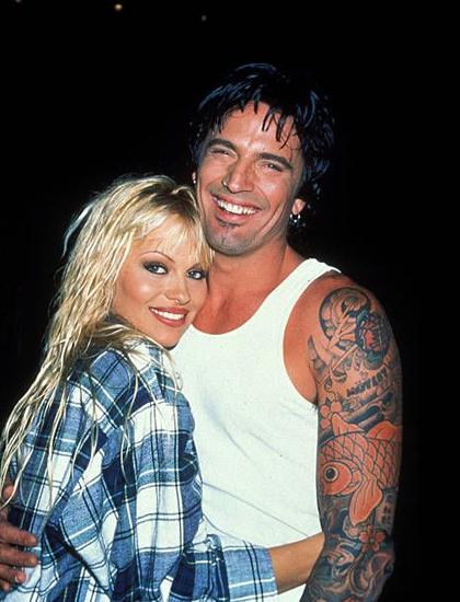 Trước Jon, Pamela từng kết hôn bốn lần với ba đàn ông khác nhau. Năm 1995, nữ diễn viên lần đầu lên xe hoa với rocker Tommy Lee, thành viên ban nhạc Motley Crue.