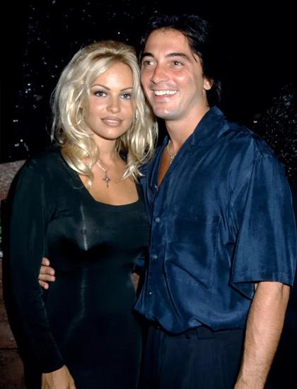 Bên cạnh các cuộc hôn nhân, Pamela cũng nổi tiếng với những mối tình với giới sao Hollywood. Cô từng hẹn hò đạo diễn kiêm diễn viên Scott Baio từ năm 1990 đến năm 1993.