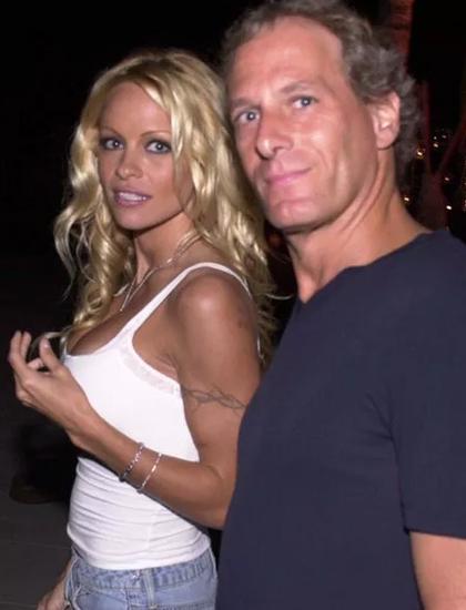 Năm 2001, cô hẹn hò nam ca sĩ Michael Bolton.