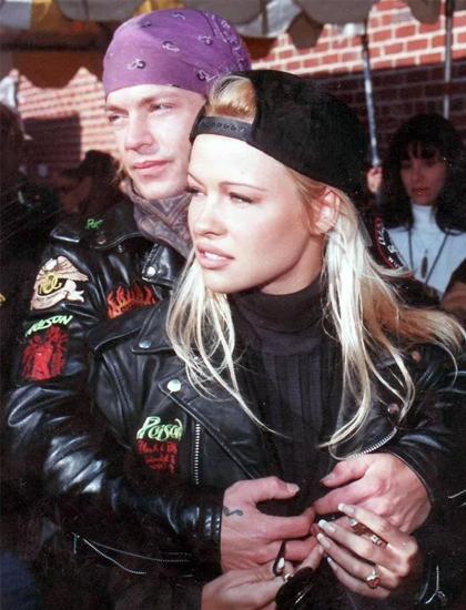 Năm 1994, Pamela hẹn hò ca sĩ Bret Michaels - thành viên ban nhạc Poison.