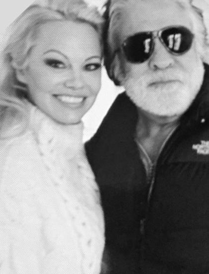Ngày 1/2, Pamela Anderson nói với tờ Hollywood Reporter quyết định hủy hôn với nhà sản xuất phim Jon Peters, chỉ 12 ngày sau đám cưới bí mật của hai người tại Malibu, bang California, Mỹ.