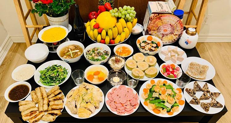 Mâm cỗ tân niên gần 20 món do Diệu Hương cùng các thành viên trong gia đình chuẩn bị. Ảnh: D.H.