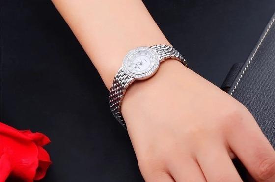 Đồng hồ nữRoyal Crown 3650L thiết kế dây thép không gỉ màu bạc sang trọng. Kích thước mặt đồng hồ nhỏ, chỉ 23mm, tạo sự nữ tính, dễ diện cùng nhiều loại trang phục khác nhau. Thiết kế viền đồng hồ tròn quen thuộc của Royal Crown với hai viền tròn đính đá. Sản phẩm có giá ưu đãi 41% trên Shop VnExpress, giảm còn 1,699 triệu đồng.