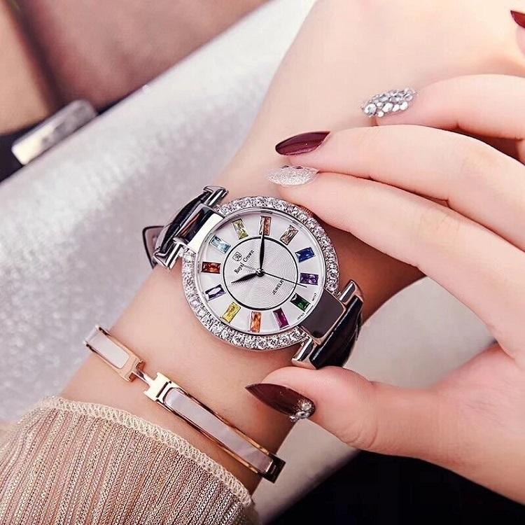 Đồng hồ nữ dây da đen của Royal Crown 4604 có giá ưu đãi đến 44% trên Shop VnExpress, giảm còn 1,899 triệu đồng. Mặt đồng hồ đường kính 36 mm, làm từ kính khoáng có độ trong suốt cao, khả năng chống nước ở độ sâu 30 m (3 ATM). Mặt số thiết kế cách điệu vạch số thành những viên đá màu sắc, tạo điểm nhấn cho đồng hồ. Viền ngoài đính đá trắng CZ - Zirconia. Sản phẩm được bảo hành chính hãng 12 tháng theo chính sách của thương hiệu Royal Crown.