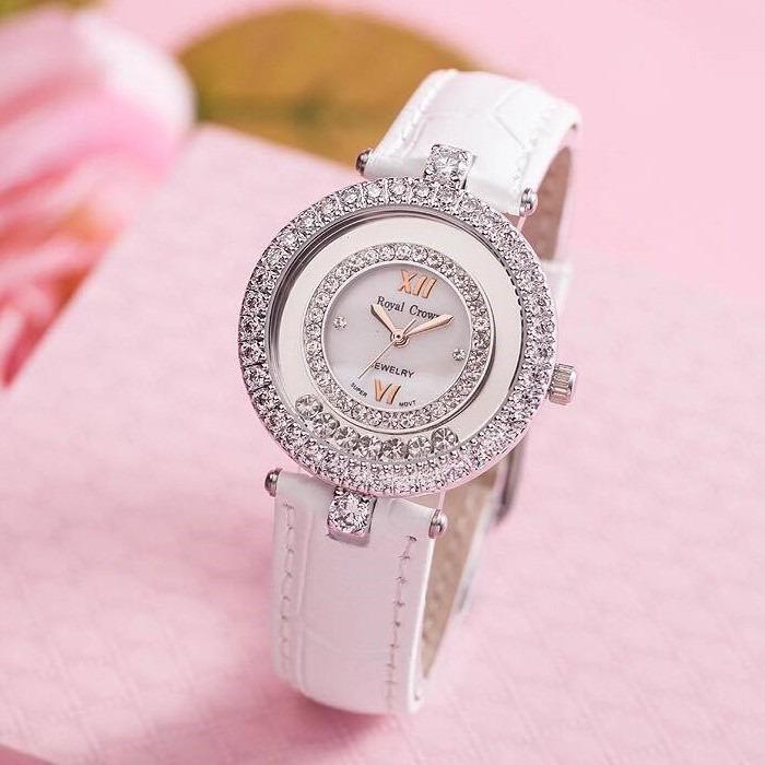 Đồng hồ nữ chính hãng Royal Crown 3628 thiết kế mặt tròn, đính đá sang trọng. Vỏ đồng hồ làm từ chất liệu hợp kim phủ titanium, thép không gỉ. Khả năng chống nước 3 ATM cho phép bạn thoải mái rửa mặt, đi mưa. Đường kính mặt đồng hồ 32 mm, phù hợp với hầu hết cỡ tay của chị em phụ nữ. Sản phẩm có giá 1,399 triệu đồng, giảm 46% trên Shop VnExpress.