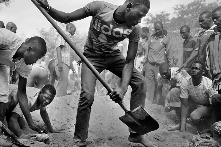 An táng tại Cộng hòa Trung Phi. Ảnh: Dennis và Patrick Weinert.