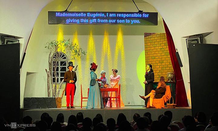 Vở Eugénie Grandet diễn tại khách sạn The Myst có màn hình led phụ đề tiếng Anh để phục vụ khán giả người nước ngoài. Ảnh: VL.