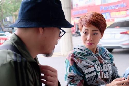 Trần Thu Hà (phải) và nhạc sĩ Huy Tuấn - giám đốc âm nhạc lễ hội - trao đổi về ý tưởng tiết mục. Ảnh: Hozo.
