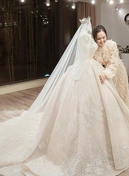 Quỳnh Anhkhi nhận váy cưới. Ảnh: Calla.