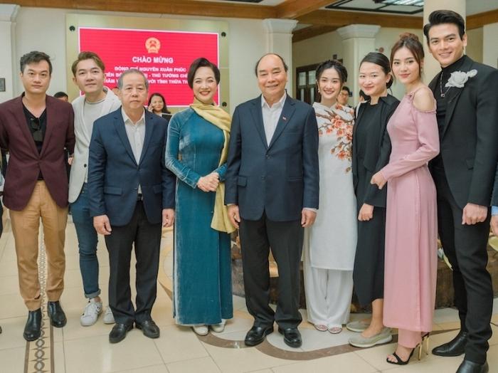 Đoàn phim chụp ảnh cùng thủ tướng Nguyễn Xuân Phúc (giữa) vàlãnh đạo tỉnh Thừa Thiên - Huế. Ảnh: Thiện Bảo.