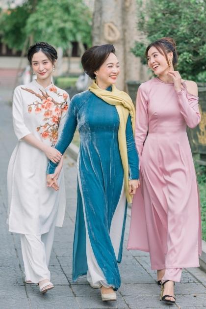 Lê Khanh (giữa), Lan Ngọc (phải) và Jun Vũ diện áo dài trong buổi giao lưu. Ảnh: Thiện Bảo.