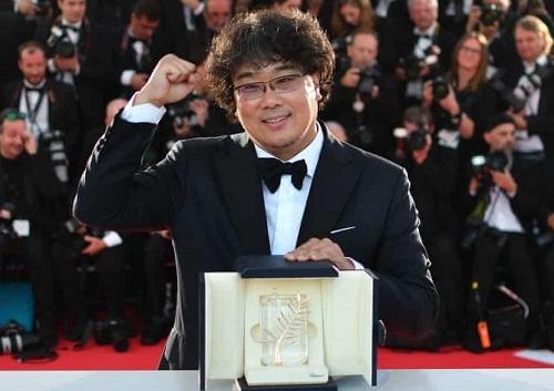 Đạo diễn Bong Joon-ho ăn mừng giải Cành Cọ Vàng của Parasite. Ảnh: AFP.