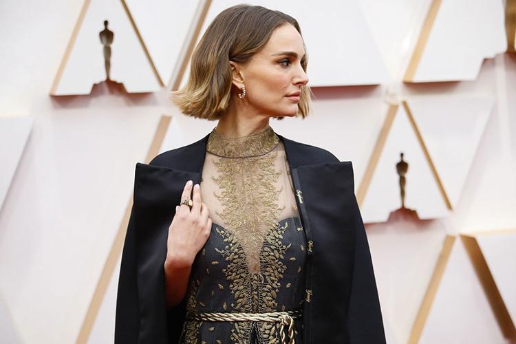 Natalie Portman tôn vinh phụ nữ qua trang phục trên thảm đỏ Oscar. Ảnh: Los Angeles Times.