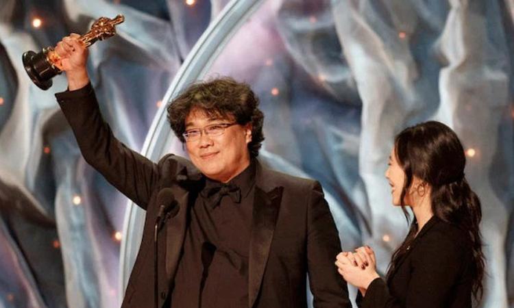 Đạo diễn Bong Joon Hotrên sân khấu Oscar. Ảnh: ABC.
