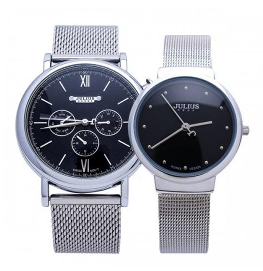 Combo đồng hồ nam nữ JAH-090B vàJA-426LB thương hiệu Julius Hàn Quốc có giá ưu đãi đến 28% trên Shop VnExpress, giảm còn 1,061 triệu đồng. Khác với những kiểu đồng hồ đôi ở trên, có kiểu dáng giống nhau, chỉ khác kích thước, combo đồng hồ này có thiết kế khác biệt nhưng vẫn có nét tương đồng. Đồng hồ nam thiết kế nam tính với các vạch số lớn, số La Mã ở góc 12 và 6 giờ. Đồng hồ nữ thiết kế đơn giản, mặt số màu đen cá tính. Cả hai sản phẩm đều làm từ hợp kim thép không gỉ.