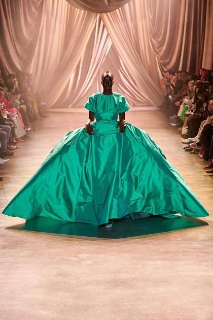 Người mẫu da màu Niko Riam mặc crop–top với váy bồng lụa taffeta xanh bạc hà. Bộ váy đồ sộ, nổi bật nhất sàn diễn Christopher John Rogers mùa này.