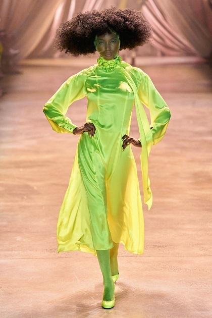 Voan che mặt – quen thuộc với nghệ sĩ kịch nghệ, cũng thường được sử dụng như một phụ kiện cách điệu, đồng màu trang phục.