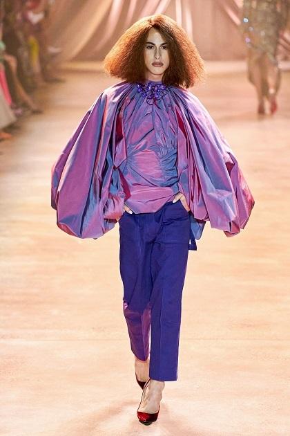 Nhà thiết kế 26 tuổi chia sẻ với W Magazine một phần cảm hứng của anh tới từ túi nilon: Tôi bị ám ảnh bởi túi rác, túi giấy dùng một lần và những mảnh vụn màu sắc. Tôi thấy chúng khắp nơi, chúng thật tuyệt trong những hình dạng vô định, dễ biến đổi.