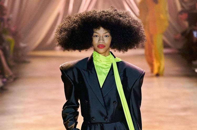 Phần trang điểm, làm tóc cũng được chú trọng. Amika Naeemah LaFond, giám đốc Global Artistic, chịu trách nhiệm những kiểu tóc hình học thống trị đường băng Christopher John Rogers: từ những lọn xoăn retro, tới những cấu trúc hình thoi, vuông, tròn hay tam giác - tạo nên mối liên kết tổng thể với trang phục.