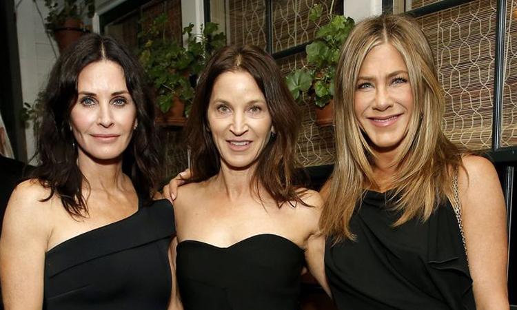 Courteney Cox, Amanda Anka và Jennifer Aniston (t? trái qua) d? ti?c sau Oscar. ?nh: AFP.