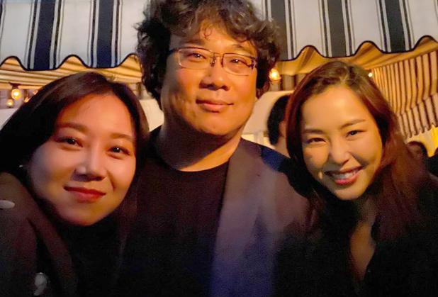 Gong Hyo Jin (trái) ??ng ?nh bên ??o di?n Bong Joon-ho và Honey Lee. ?nh: Instagram.