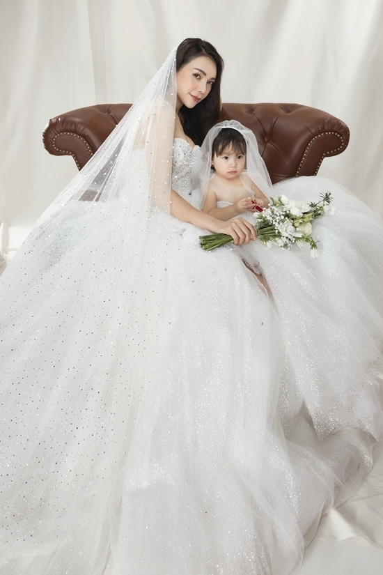 Trà Ngọc Hằng mặc váy cưới