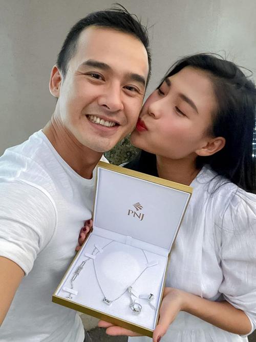 Thúy Diễm khoe món quà hai vợ chồng tặng nhau cùng hình ảnh ngọt ngào trên Facebook.