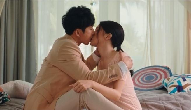 Cảnh hôn nhau của Hương Giang và Tuấn Trần trong phim. Ảnh: XPMH.
