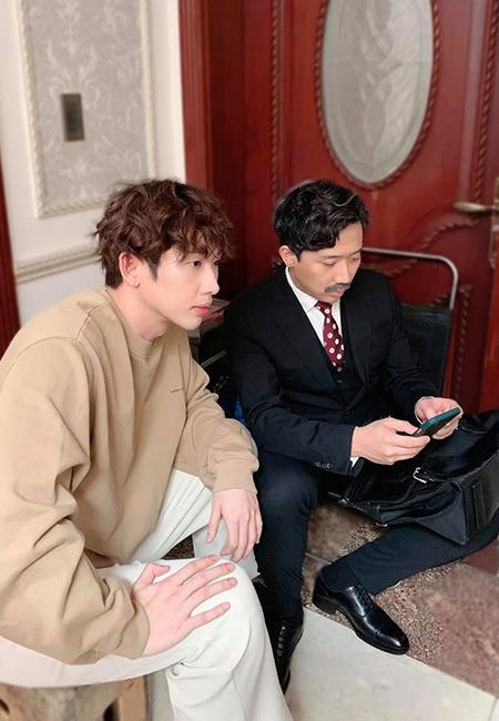Tuấn Trần và Trấn Thành tại hậu trường phim Bố già. Ảnh: Facebook nhân vật.