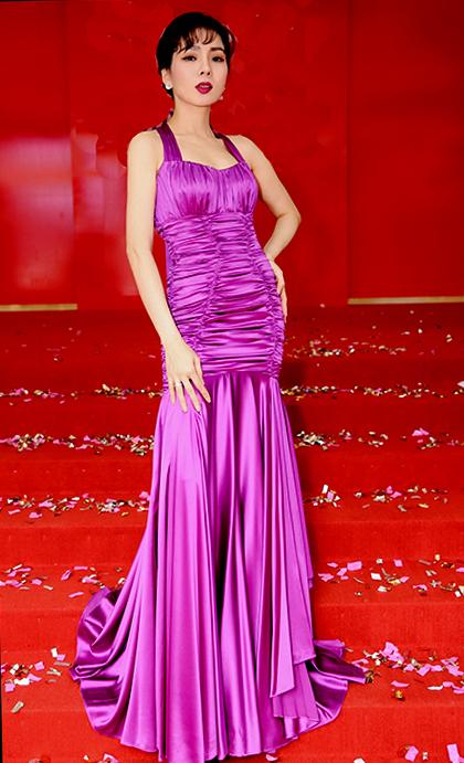Ca sĩ Lệ Quyên làm gương mặt đại sứ cho sự kiện. Cô diện đầm dạ hội tôn dáng.