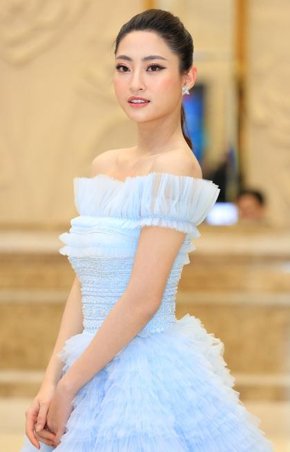 Hoa hậu chọn váy trễ vai của tùng xòe kiểu công chúa. Cô cho biết ngày 14/2 cô dự sự kiện liên tục ở TP HCM và Hà Nội.